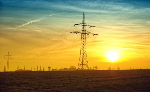 electricity pylons, twilight-532720_1280 (Pixabay)